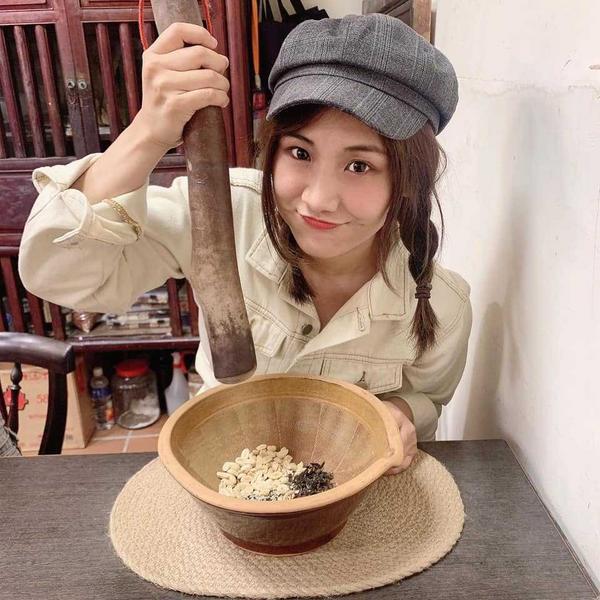 【吃喝】北埔體驗擂茶DIY♥香氣十足北埔一日遊,來到了茶米二十二,體驗擂茶DIY❤️  磨的過程中,