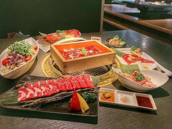 肉肉燒肉-朝馬店台中美食介紹這次選擇的餐點是頂級全牛雙人套餐$2080主廚沙拉-凱薩、胡麻、紅酒醋(