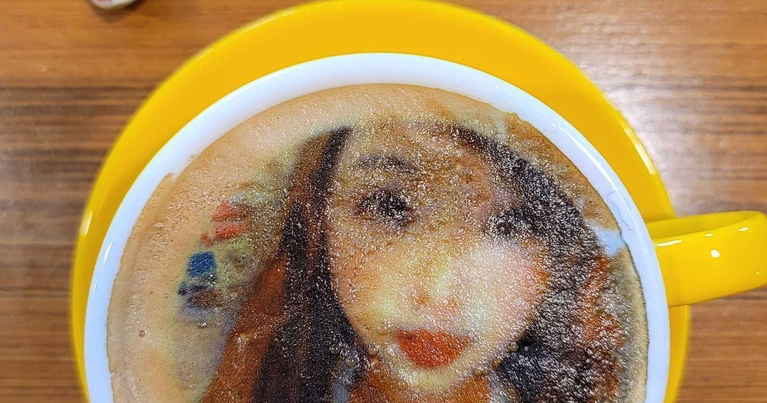 相片咖啡 你有嗎?我的天天天天呀~~~看到沒有我的照片在咖啡上面😍怎麼那麼可愛啦人家是兔兔那麼可愛
