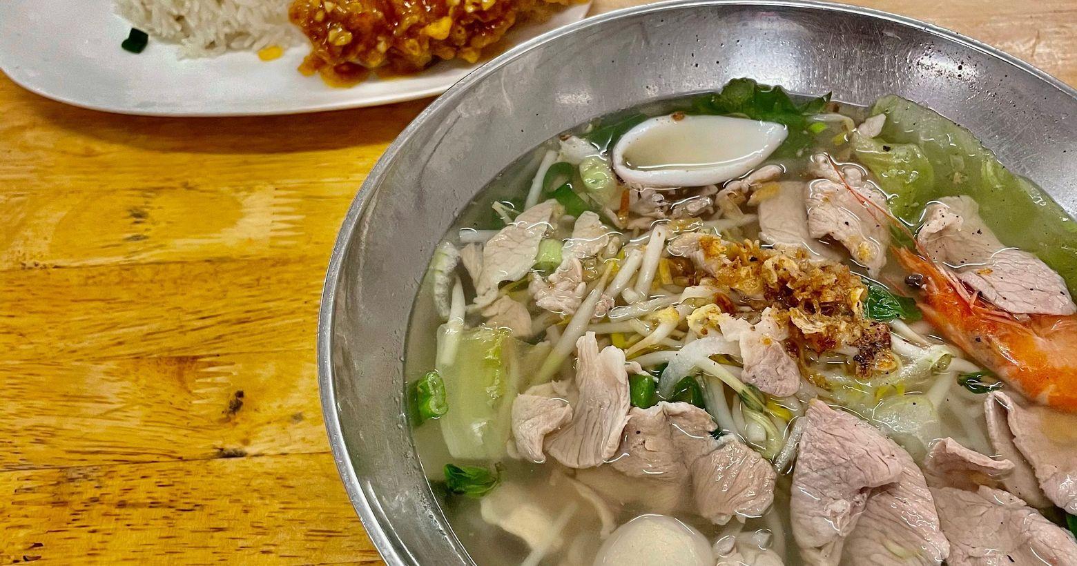 台南-集美越南小吃集美麵有白色河粉.透明河粉.雞蛋麵.米粉.米苔目和意麵。座位滿多的、價格平價味道普